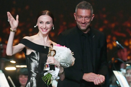VINCENT CASSEL GIVE THE PRIZE BRAVO TO SVETLANA ZAHAROVA